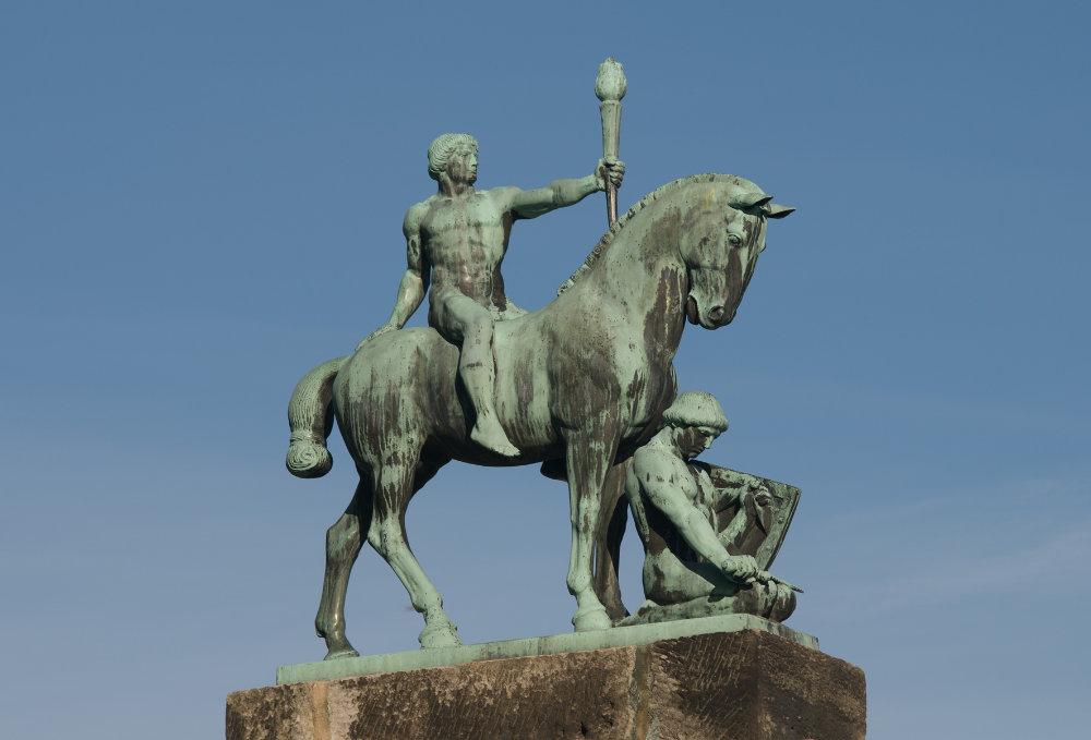 Die Bronzeskulptur Licht und Kraft (Lichtbringer zu Pferde) wurde 1913 von Hans Klett als Lutherdenkmal für die Veste Coburg entworfen. Sie befindet sich heute im Außenbereich der Lutherkapelle.