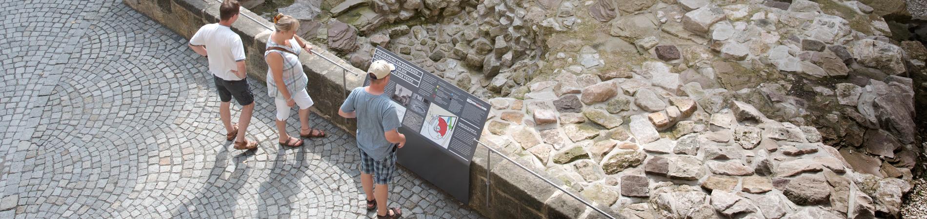 Blick in den Ausgrabungsbereich mit den Fundamenten des Bergfriedes