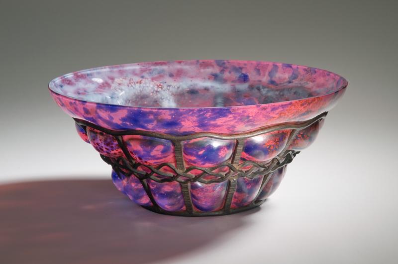 """Frères Daum (19./20. Jh.) Louis Majorelle (1859 - 1926), Entwerfer Eisenmontierung Schale, Nancy / Frankreich, 1920 - 1925 Überfangglas mit rosa, weißen und blauen Pulvereinschmelzungen (""""Verre de Jade""""), in Eisenfassung eingeblasen"""