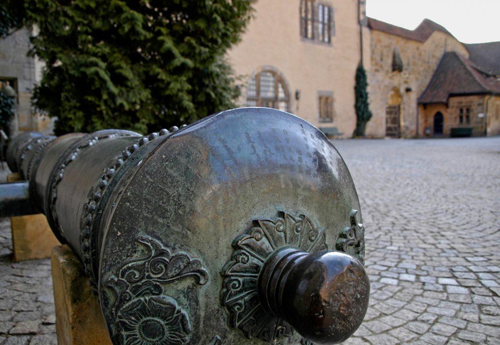 Historisches Geschützrohr im 2. Burghof
