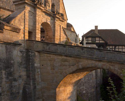 Brücke über den ehemaligen Wallgraben und barockes Prunktor