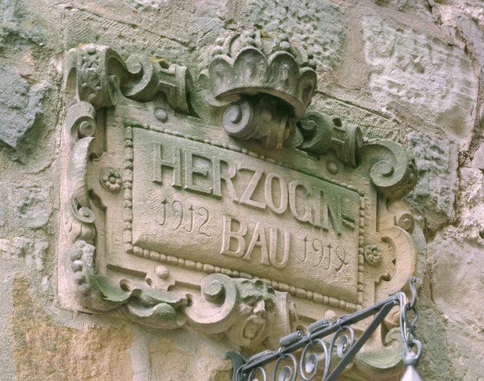 Im Herzoginbau befindet sich die Rüstkammer, die Jagdwaffensammlung, die Kutschen und Schlitten und ein Gewölbe.