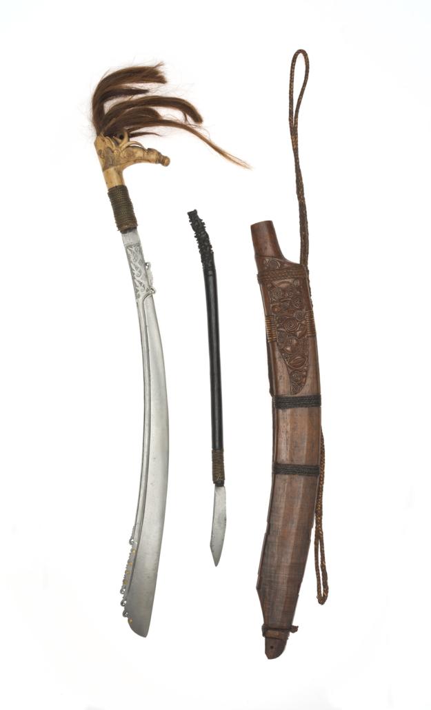 Schwert mit Messer und Scheide vom Volk der Dayak, Borneo, Stahl, Messing, Holz, Haar, Inv.-Nr. SUW.040