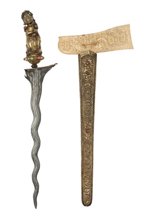 Kris mit Scheide, Bali, 1750/1850, Damaststahl (Pamor), vergoldetes Silberblech, Schmucksteine, Elfenbein, Inv.-Nr. SUW.136