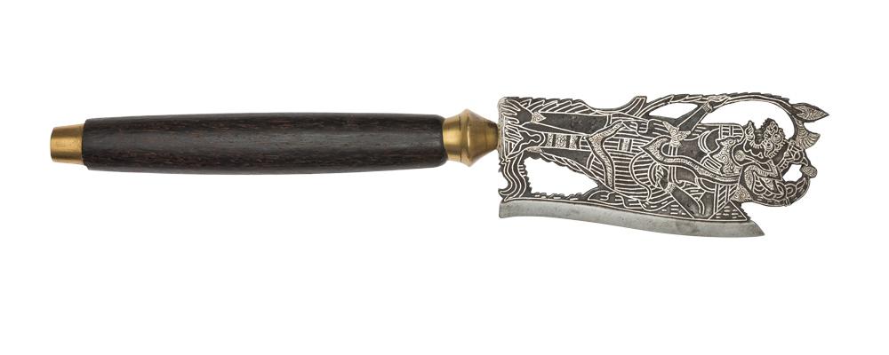 Zeremonialbeil, Klinge mit Darstellung einer Dämonen- oder Götterfigur, Bali, Eisen mit Silbereinlagen, Holz, Buntmetall, Inv.-Nr. SUW.592