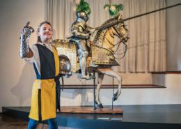 In der großen Hofstube dürfen Kinder Rittersachen aus- und anprobieren