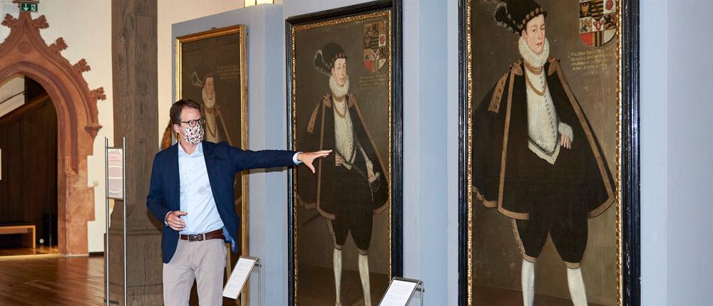 Kurator Dr. Niels Fleck erläutert die neuerworbenen Fürstenbildnisse (Foto: Kunstsammlungen der Veste Coburg)