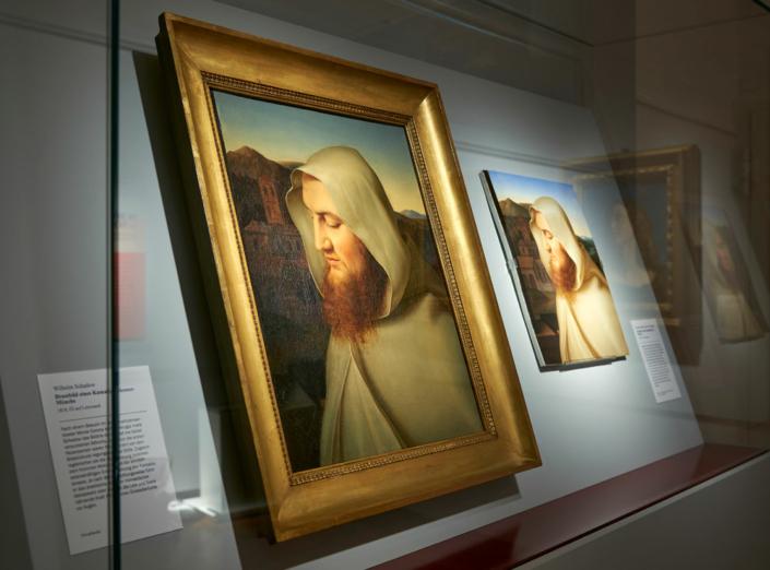 Eins brillanter als das andere: Wilhelm Schadows jüngst wiederentdecktes Bildnis eines Kamaldulenser-Mönchs und Friedrichs Müllers Porzellankopie (Foto: Kunstsammlungen der Veste Coburg)